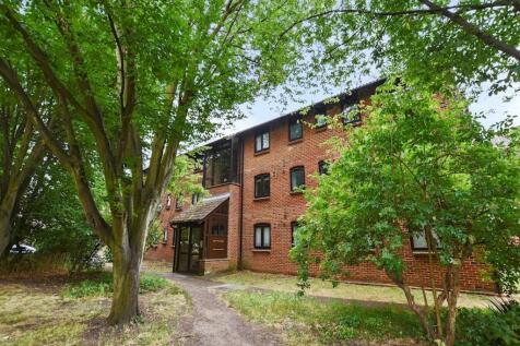 3 bedroom property in Claremont Grove. 3 bedroom property